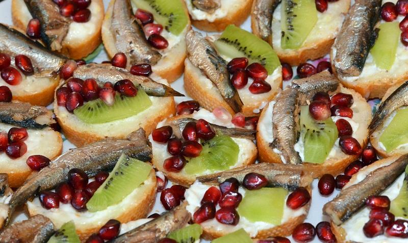 5 вкусных бутербродов со шпротами, которые прекрасно подойдут для новогоднего стола
