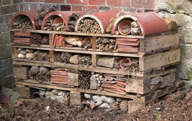 Домик для полезных насекомых из различных материалов