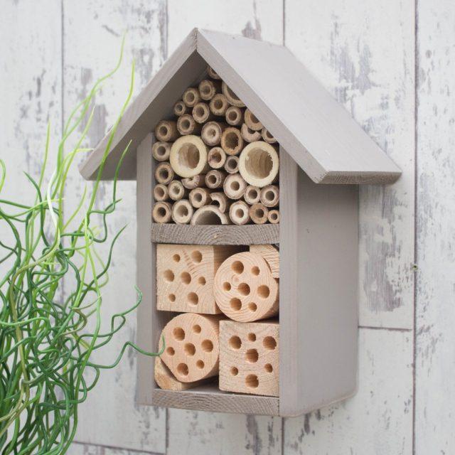 Один из эффективных методов создания неблагоприятной среды для каштановой минирующей моли — установка «отелей для насекомых»