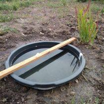 Ёмкость для мини-водоёма нужно выставить с помощью уровня строго горизонтально