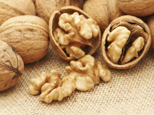 Грецкий орех на столе