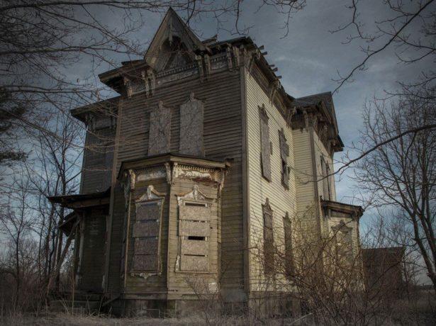 мрачный дом в лесу