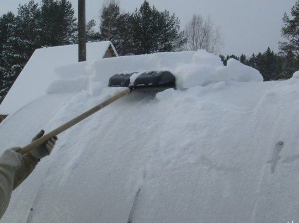 Уборка снега обычной пластиковой лопатой