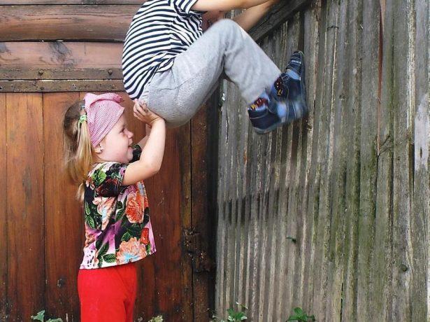 дети лезут на забор