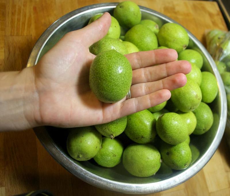 Чем очистить руки от зелёных орехов: избавляемся от въевшихся пятен