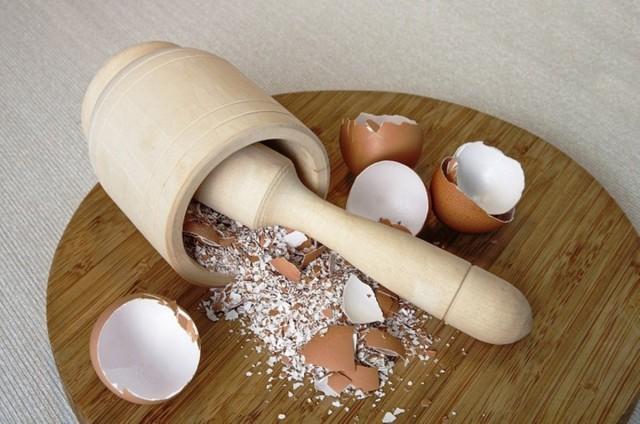 Чтобы использовать яичную скорлупу в качестве удобрения, необходимо превратить её в порошок